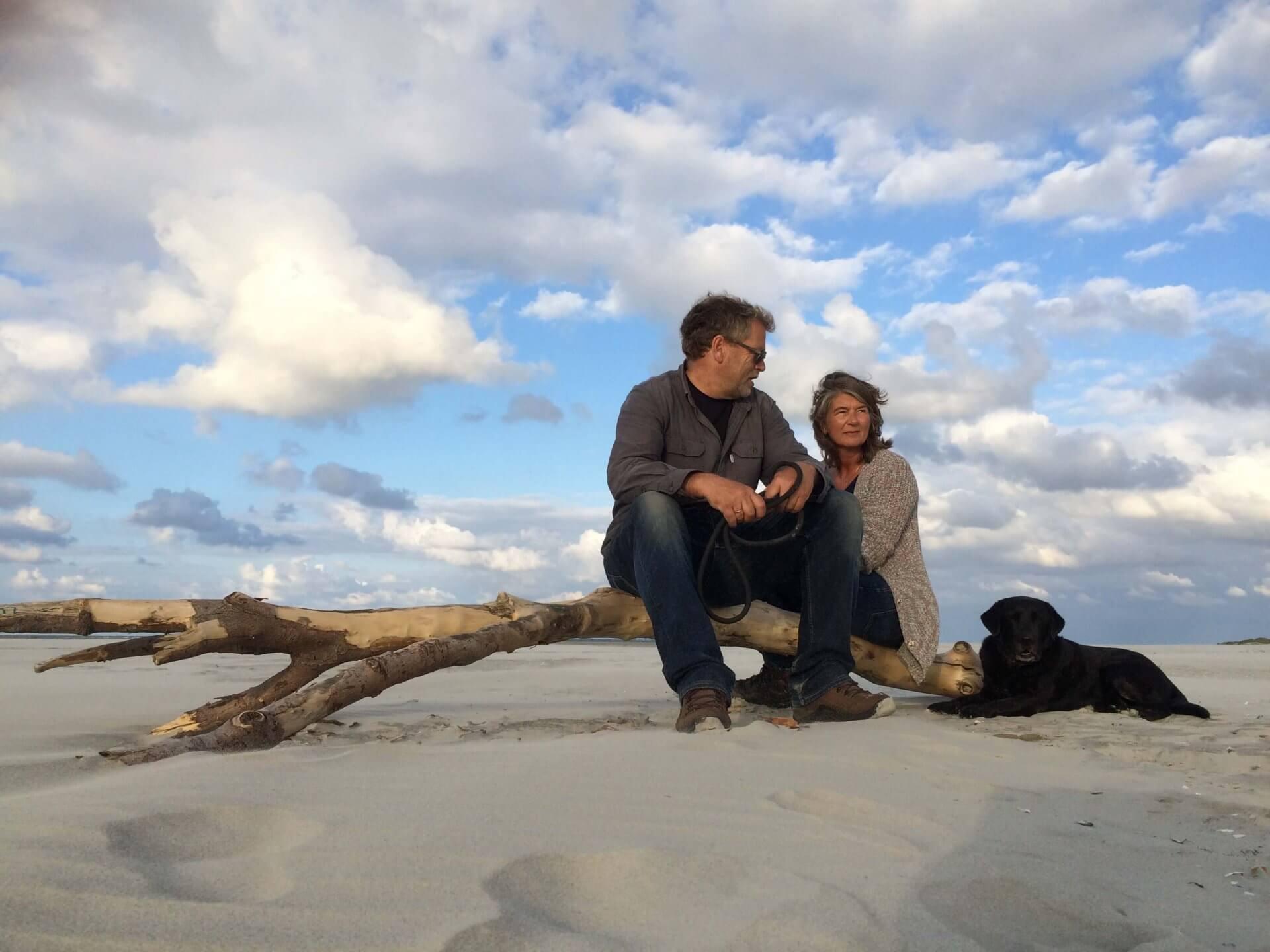 Zittend op strand Schiermonnikoog