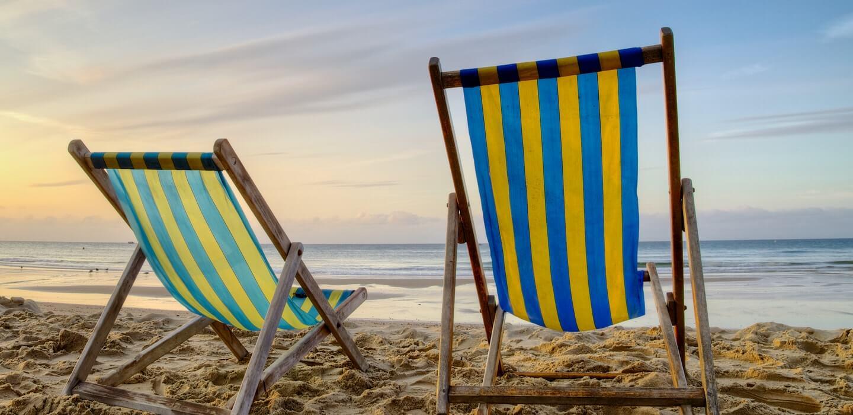 stoelen-strand-zee